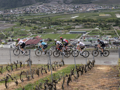 Cyklisti počas úvodnej etapy pretekov Okolo Romandie
