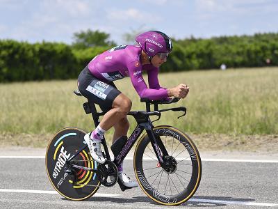 Peter Sagan v cyklámenovom drese