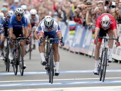 Slovenský cyklista Peter Sagan (druhý zľava) víťazí v preteku mužov kategórie Elite na majstrovstvách sveta v cestnej cyklistike v nórskom Bergene