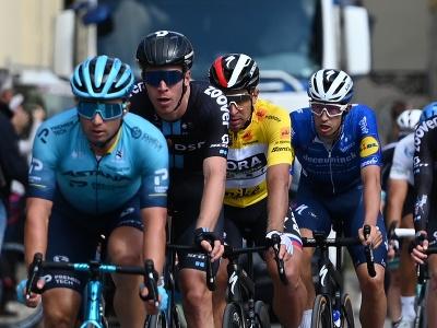 Na snímke tretí zľava slovenský cyklista Peter Sagan (Bora-Hansgrohe) v žltom drese vedúceho pretekára