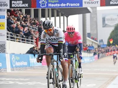 Slovenský cyklista Peter Sagan (v popredí) v cieli 117. ročníka Paríž - Roubaix