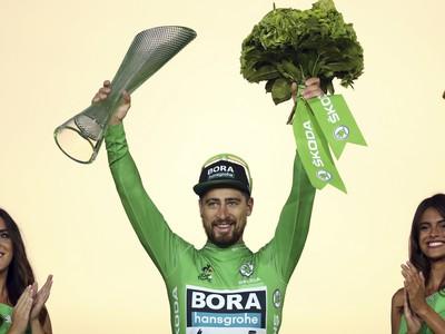 Slovenský cyklista Peter Sagan oslavuje  na pódiu svoj siedmy zelený dres pre víťaza bodovacej súťaže na 106. ročníku prestížnych pretekov Tour de France v Paríži