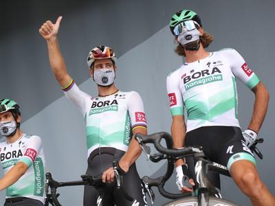 Slovenský cyklista Peter Sagan z tímu Bora-Hansgrohe (uprostred) a jeho tímoví kolegovia