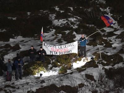 Slovenskí fanúšikovia povzbudzujú slovenskú lyžiarku Petru Vlhovú počas osemfinále paralelného obrovského slalomu Svetového pohára v rakúskom stredisku Lech-Zürs