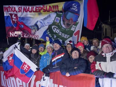 Slovenskí fanúšikovia počas žrebu vo Flachau