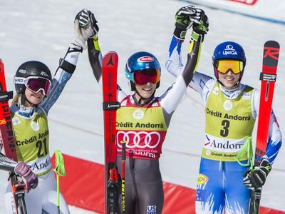 Na snímke slovenská lyžiarka Petra Vlhová (vpravo) sa teší z tretieho miesta vo finálovom obrovskom slalome žien Svetového pohára v alpskom lyžovaní v zimnom stredisku Soldeu v Andorre v nedeľu 17. marca 2019. Zvíťazila Američanka Mikaela Shiffrinová