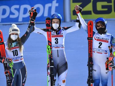 Slovenská lyžiarka Petra Vlhová (uprostred) sa teší z víťazstva v obrovskom slalome Svetového pohára alpských lyžiarok v Jasnej. Na druhom mieste skončila Novozélanďanka Alice Robinsonová (vľavo) a tretia Američanka Mikaela Shiffrinová (vpravo).