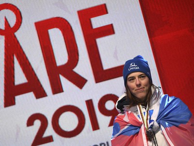 Na snímke slovenská lyžiarka Petra Vlhová pózuje na pódiu s bronzovou medailou, ktorú získala v slalome na majstrovstvách sveta v alpskom lyžovaní
