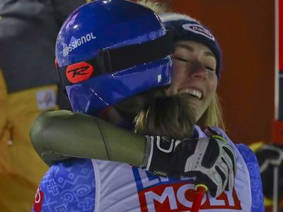 Mikaela Shiffrinová blahoželá zlatej Petre Vlhovej