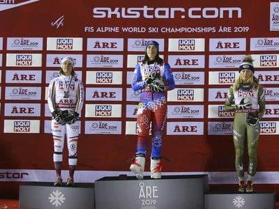 Viktoria Rebensburgová, Petra Vlhová a Mikaela Shiffrinová na stupni víťazov