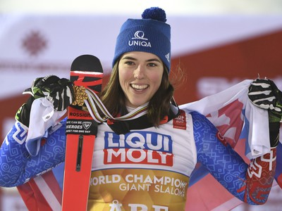 Petra Vlhová so zlatou medailou oslavuje majstrovský titul