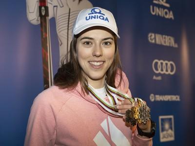 Slovenská lyžiarka Petra Vlhová pózuje s kompletnou zbierkou medailí po prílete zo Švédska na letisko M.R. Štefánika