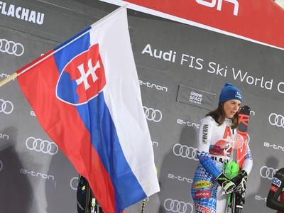 Slovenská lyžiarka Petra Vlhová sa teší na pódiu z víťazstva v nočnom slalome Svetového pohára žien v rakúskom Flachau