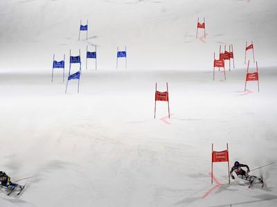 Petra Vlhová a Švédka Sara Hectorová v semifinále paralelného obrovského slalomu