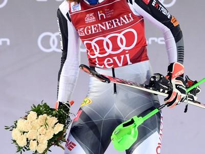 Petra Vlhová a jej víťazné oslavy na pódiu pre víťazov