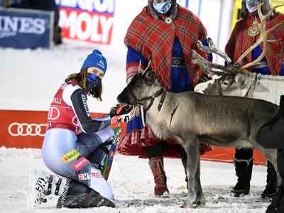 Petra Vlhová kŕmi svoju trofej - soba po druhom slalomovom triumfe v Levi