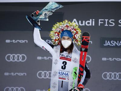 Petra Vlhová pózuje na pódiu s trofejou po víťazstve v obrovskom slalome v Jasnej