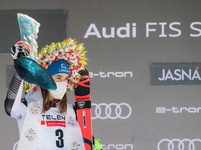 Slovenská lyžiarka Petra Vlhová pózuje na pódiu s trofejou po víťazstve v obrovskom slalome