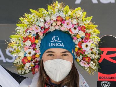 pózuje na pódiu po víťazstve v obrovskom slalome