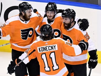 Hráči Flyers oslavujú gól