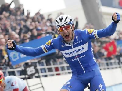 Belgičan Philippe Gilbert z tímu Quick Step sa teší z triumfu na 117. ročníku Paríž - Roubaix