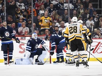 Hráči Penguins oslavujú gól
