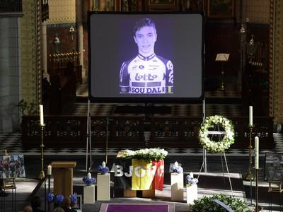 Rakva z ostatkami belgického cyklistu Bjorga Lambrechta pod oltárom počas smútočného obradu