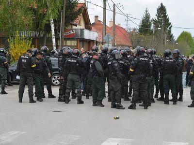 Na snímke ťažkoodenci sledujú príchod fanúšikov Slovana Bratislava na šláger 26. kola