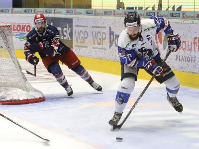 Na snímke zľava Václav Stupka (Zvolen) a Patrik Svitana (Poprad) počas druhého zápasu finále Kaufland play off Tipos extraligy HKM Zvolen – HK Poprad