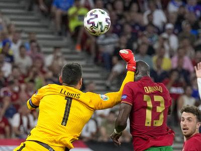 Danilo Pereira a Hugo Lloris v súboji, po ktorom sa pískala penalta