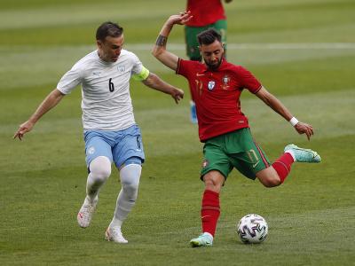 Bruno Fernandes sa snaží prejsť hráča Izraela