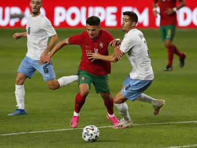 Pedro Goncalves prechádza cez dvojicu hráčov