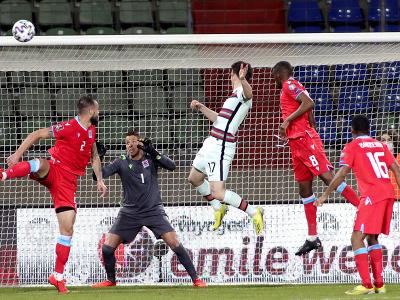 Diego Jota strieľa hlavou gól do siete Luxemburska