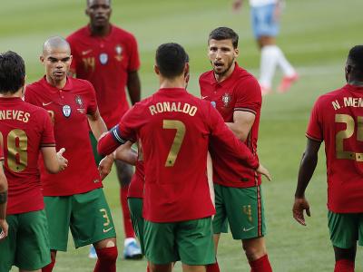 Portugalskí futbalisti oslavujú gól