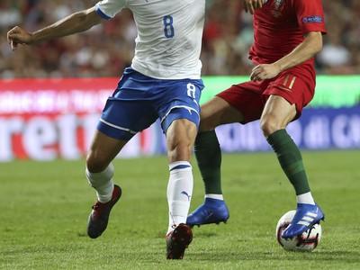 Giacomo Bonaventura a Bernardo Silva v tvrdom súboji o loptu