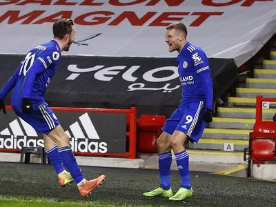 Jamie Vardy a James Maddison oslavujú gól Leicestru