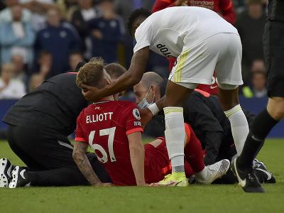 Zranený Harvey Elliott na trávniku