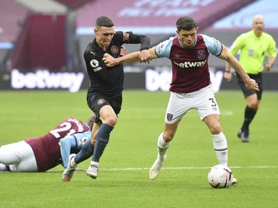 Aaron Cresswell a Phil Foden