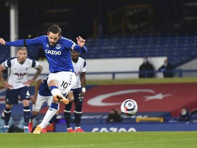 Futbalista Evertonu Gylfi Sigurdsson strieľa gól zo značky pokutového kopu