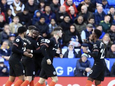 Antonio Rüdiger a jeho gólová radosť s hráčmi Chelsea