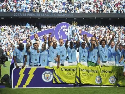 Hráči Manchestru City s trofejou Premier League