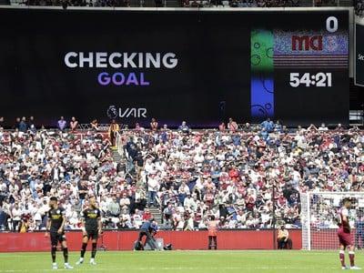 Systém VAR kontroluje gól