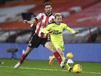 Hráč Chris Basham (vľavo) zo Sheffieldu United a Ryan Fraser z Newcastlu United