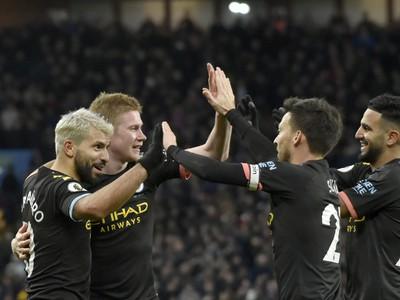 Sergio Agüero so spoluhráčmi oslavuje gól