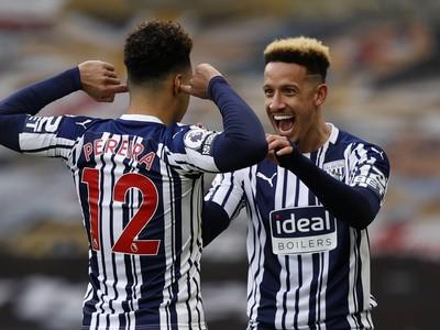 Hráči West Bromwichu Albion sa tešia z gólu