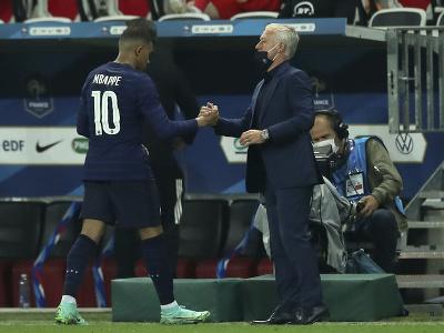 Striedajúci Kylian Mbappé a francúzsky kouč Didier Deschamps