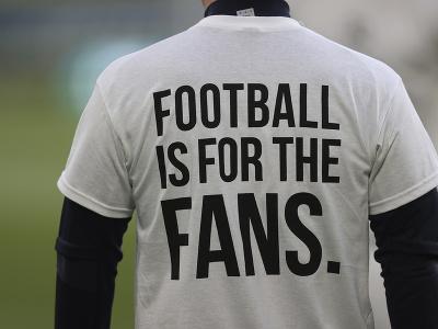 Rozcvičujúci sa hráči Leedsu v špeciálnych tričkách s protestnými nápismi