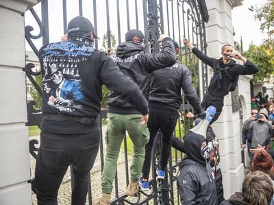 Ultras futbaloví fanúšikovia protestujú
