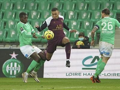 Kylian Mbappé medzi dvojicou hráčov