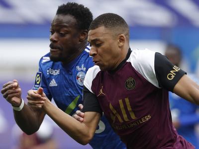 Kylian Mbappé v rýchlostnom súboji s hráčom Štrasburgu